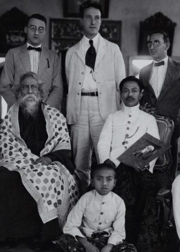 Kunjungan Rabindranath Tagore ke Raja Karangasem bersama S. Koperberg, S. Kar, T.D. Dwavarman, G.W.J. Drewes, S.K. Chatterji, K. Bake-Timmers, A.A. Bake. 1927. Foto: Istimewa