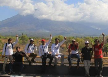 Sejumlah wartawan yang sedang meliput berpose dengan latar Gunung Agung. Foto: Dok Kardian Narayana