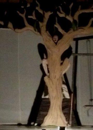 "Pementasan Drama ""The Story of A Tree"" oleh mahasiswa Bahasa Inggris Undiksha, Kelas 5G, Minggu 17 Desember 2017 malam. /Foto: Wahyu Mahendra"