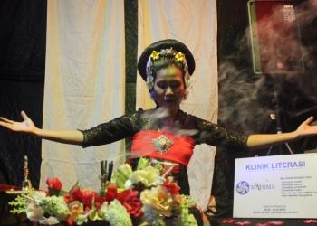 Penyair Mira MM Astra mementaskan puisinya di Komunitas Mahima (Dok: Mahima)