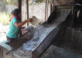 Kegiatan daur ulang sampah plastik di Rumah Plastik Desa Petandakan Buleleng