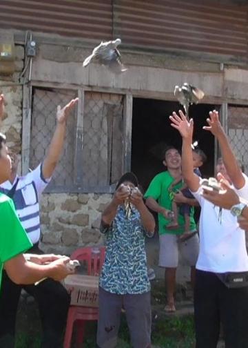 Warga Desa Sidatapa melepasliarkan burung bersama-sama