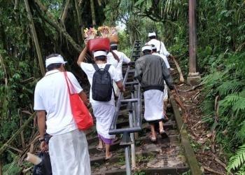 Melangkah ribuan anak tangga menuju Puncak Lempuyang (foto: dok penulis)