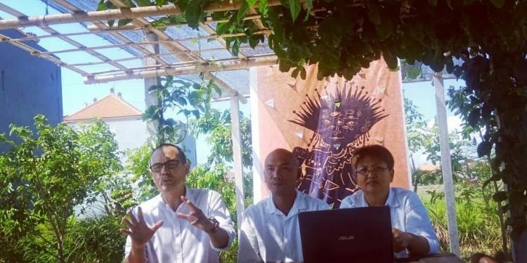 Agung Bawantara (Direktur Pelaksana Yayasan  Bali Gumanti), IGK Trisna Pramana (Manajer Program Dedoff 2019) dan Maria Ekaristi (Direktur Dedoff 2019) dalam jumpa pers Denpasar Documentary Film Festival 2019