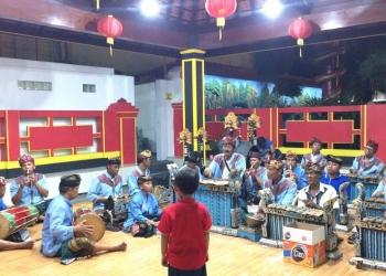 Gemuruh syaduh suara gamelan gong  suling dan angklung di Klenteng Ling Gwan Kiong, Singaraja, Bali