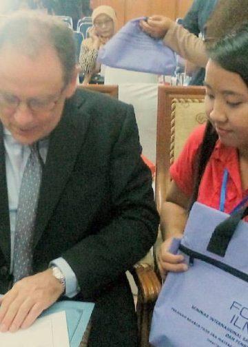 """Phillipe Grangé (kiri), pakar bahasa dari Universitas La Rochelle di Perancis, pada Forum Ilmiah XII tentang """"Peranan Bahasa pada Era Masyarakat Ekonomi ASEAN"""" yang diselenggarakan Universitas Pendidikan Indonesia (UPI), 26 Oktober 2016. #Foto: koleksi penulis"""