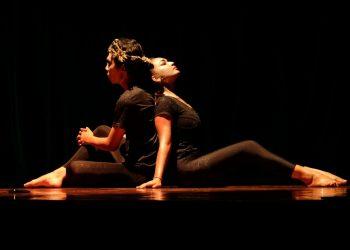 """Ilustrasi foto: Pementasan Teater """"Reinkarnasi Layonsari"""" Komunitas Mahima di Taman Budaya Denpasar, 2016"""