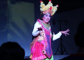 """Cok Sawitri saat pementasan Arja Siki """"Kampanye Calon Gubernur Air"""" di Bentara Budaya Bali, Sabtu 18 Maret 2017"""