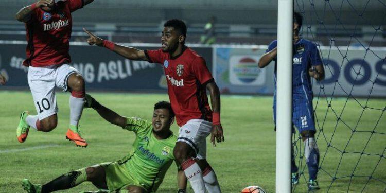 Yabes Roni (kanan) disambut Irfan Bachdim (kiri) usai mencetak gol kedua bagi Bali United pada laga uji coba Bali United lawan Persib Bandung di GBLA, Sabtu (8/4/2017)/ Foto: www.baliutd.com