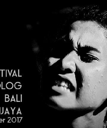 Dalam foto: Yusna Safitri memainkan monolog Hari Ibu karya Putu Wijaya. Foto: Mursal Buyung