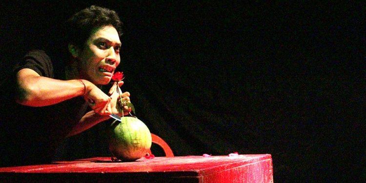"""Satia Guna memainkan naskah monolog """"Bahaya"""" karya Putu Wijaya. /Foto-foto: Putu Satria Kusuma"""