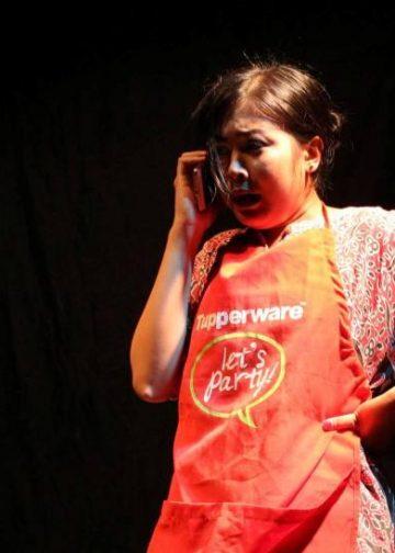 Ni Putu Purnamiati (penulis) saat memainkan monoloh berjudul HP./ Foto-foto: Kardian Narayana