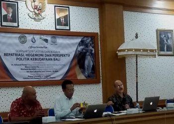 "Wayan Juniarta, Marlowe Bandem,, Dr. Edward Herbs, dalam Seminar ""Repatriasi, Hegemoni dan Perspektif Politik Kebudayaan Bali"" di Unud, 22 Agustus 2017"