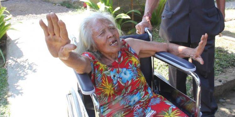 Ptu Resik, putri maestro tari dan tabuh Gde Manik, saat dikunjungi pejabat Dinas Sosial Buleleng. /Foto: Kardian