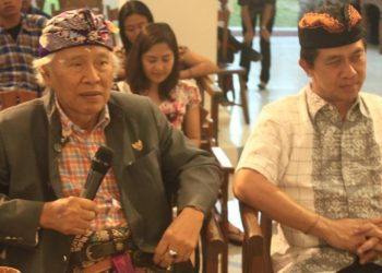 Nyoman Gunarsa (kiri) didampingi Bupati Klungkung Nyoman Suwirta pada peringatan ulang tahun ke-72 di Nyoman Gunarsa Museum. Foto diambil pada 15 April 2016