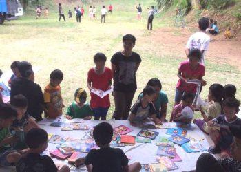 Anak-anak pengungsi membaca buku di posko Lapangan Tembak, Desa Paksebali Klungkung.