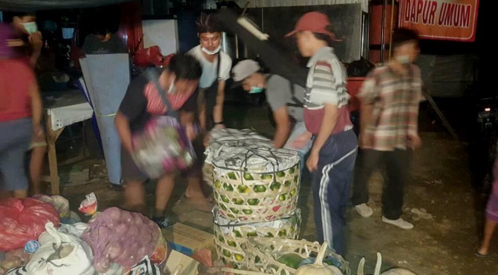 Kegiatan relawan hingga malam hari di posko pengungsian Gunung Agung. /Foto: Kardian