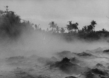 Sumber foto: bbc.com/Terence Spencer/The LIFE Images Collection/Getty Images. //Gelombang di sungai-sungai di Bali, penuh dengan lumpur dan abu dan puing setelah letusan Gunung Agung 1963.