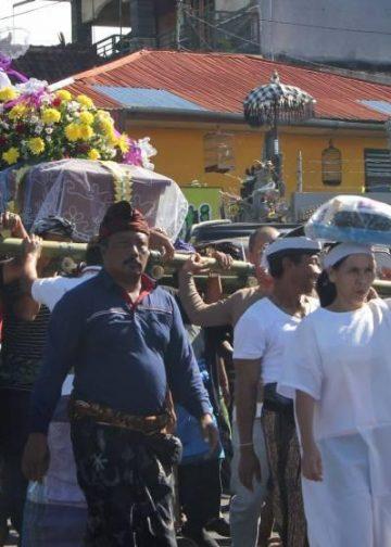 Warga adat Bali di Baturiti menggotong mayat nenek saya yang warga keturunan saat diantar ke kuburan di Baturiti Tabanan. /Foto: Julio