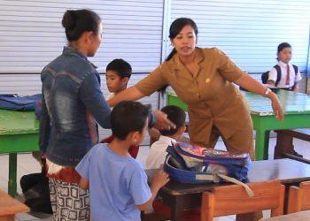 Kegiatan belajar anak pengungsi Gunung Agung di SDN 2 Tembok, Buleleng