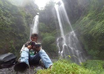 Penulis berpose dengan latar Air Terjun Sekumpul