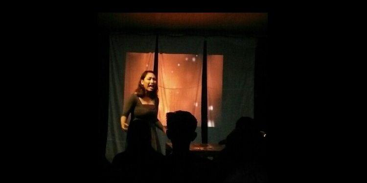 Pentas Monolog Pelacur yang dimainkan Devy Gita di Jembrana