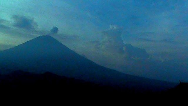 Awan yang tampak seperti boneka anjing di sekitar puncak Gunung Agung. /Foto: Wayan Paing