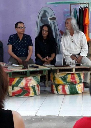 Peluncuran buku puisi Catatan Pulang karya Angga Wijaya (baju hitam kiri)
