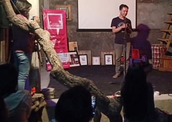 Agus Wiratama (penulis) membaca puisi dalam acara Unspoken POetry Slam di Rumah Belajar  Komunitas Mahima Singaraja