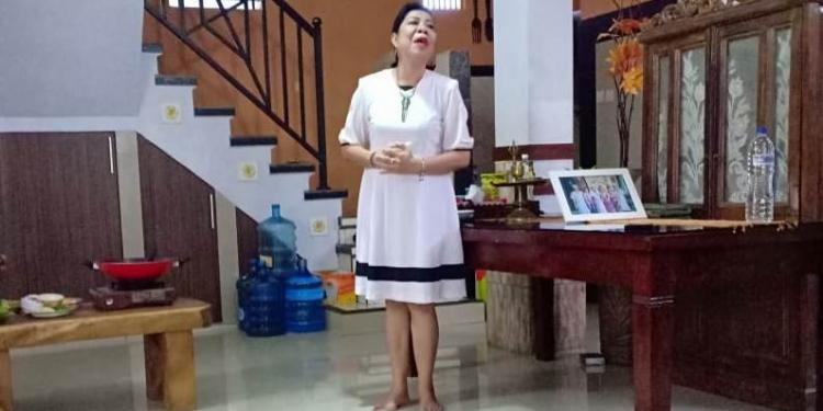Prof. Dr. Putu Kerti Nitiasih, M.A bersiap pentas monolog