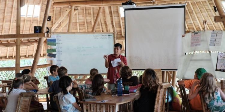 Ilustrasi: Penulis sedang mengajar di sebuah sekolah internasional di Bali