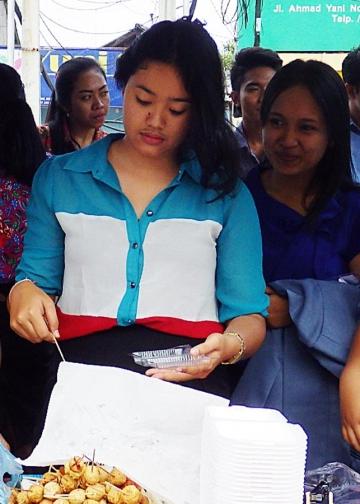 Mahasiswa belajar berjualan di kampus. (Foto: Mursal Buyung)