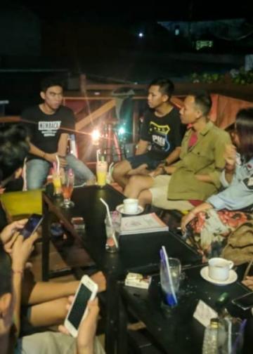 Diskusi Compok Basi,  berbincang buku Hidup Adalah Komedi bagi Orang-Orang yang Mau Berpikir karya Jaswanto di sebuah kafe di Singaraja
