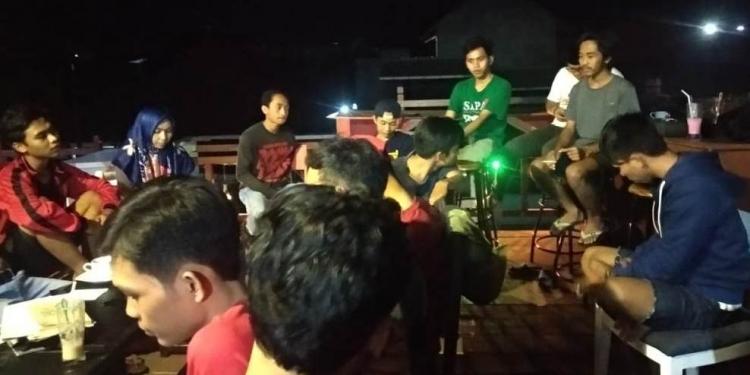 Taufik baju hijau saat diskusi puisi Compok Basi, Singaraja