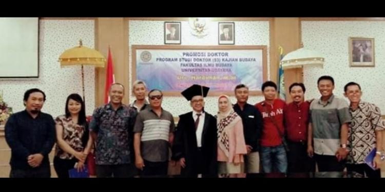 Hardiman bersama seniman dan teman-teman usai sidang (foto/FB/Atmi Kristiadewi)