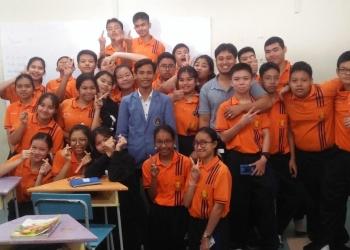 Dokumentasi pertemuan terakhir foto dengan guru pamong setelah mengajar di kelas dengan siswa