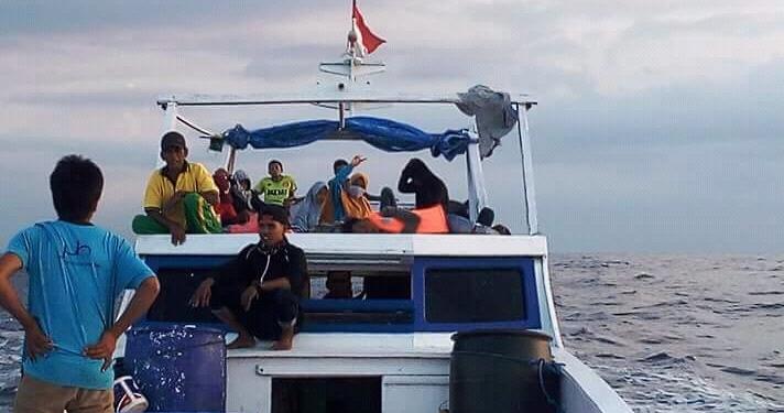 Duduk di atas perahu menuju dari pulau kecil di Madura menuju Bali