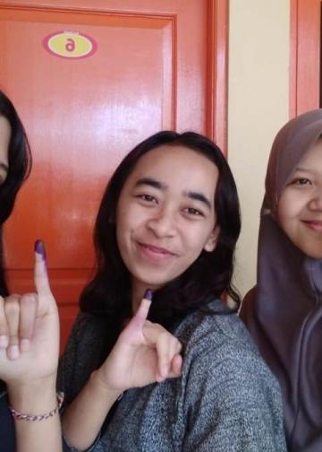 Penulis (paling kiri) usai mencoblos pada Pemilu 2019