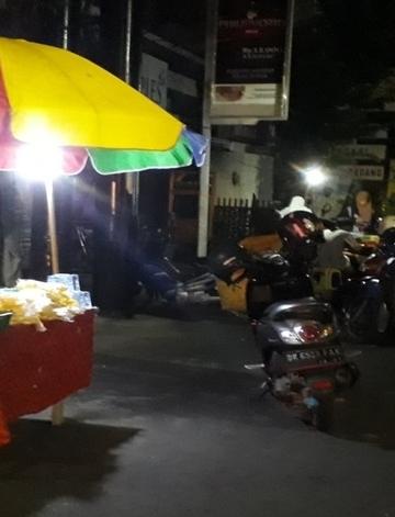 Pedagang nasi kuing di Jalan A Yani Singaraja