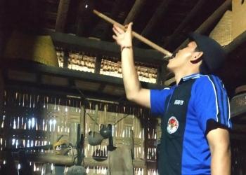 Yuli Supriandana, anak muda yang penuh gairah melestarikan bangunan tua dengan segala isinya di Desa Pedawa