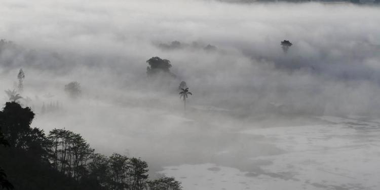 Kabut di Danau Buyan -- Foto ilustrasi Mursal Buyung
