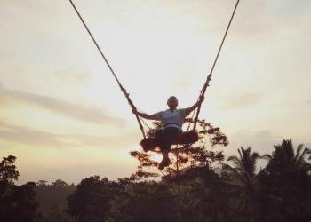 Berayun di tengah alam di The Kawi Resto (Foto-foto: Dede Nyana)
