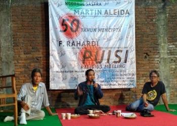 Sastrawan Martin Aleida dan F Rahardi dipandu Jengki Sunarta (tengah) dalam acara Ngobrol Sastra di JKP. (Foto: Dok Kim Al Ghozali AM)