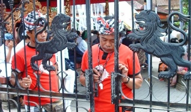 Barisan pecalangan (satuan pengamanan adat) menjaga rangkaian ritual di Desa Adat (foto: Eka Dharsika)