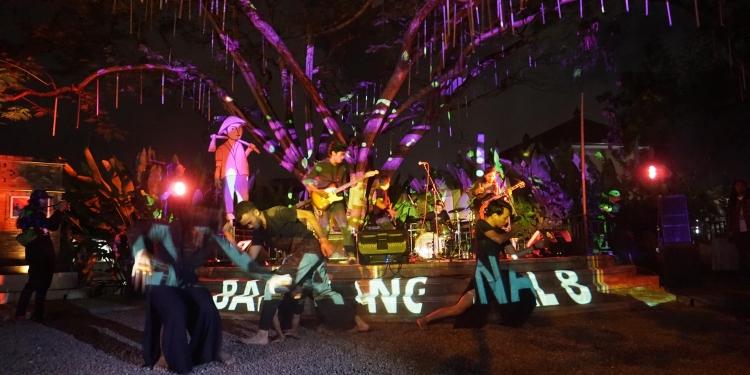 Pentas dalam acara Bali yang Binal di Depasar