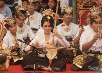 Anak-anak muda Banjar Tengah Sesetan Denpasar memainkan musik Bumbang. (Foto: Widnyana Sudibya)