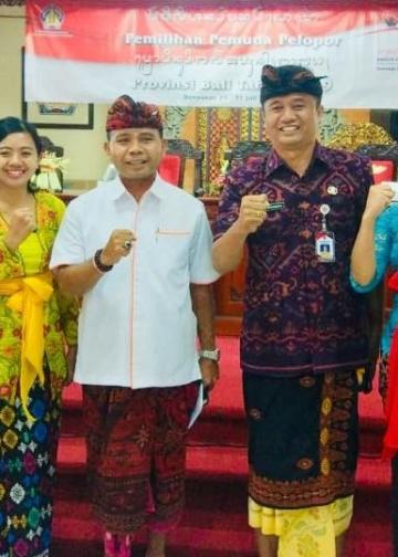 Penulis (paling kiri) berpose bersama di sela-sela seleksi Pemuda Pelopor Provinsi Bali
