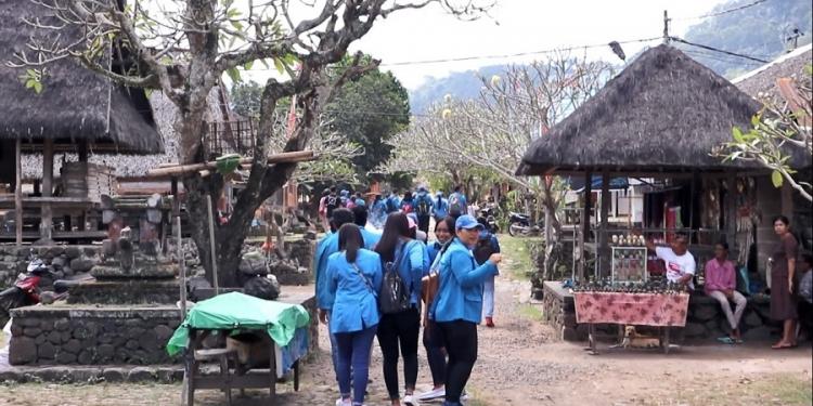 Kunungan industri mahasiswa FE Unipas di Desa Tenganan Pegringsingan