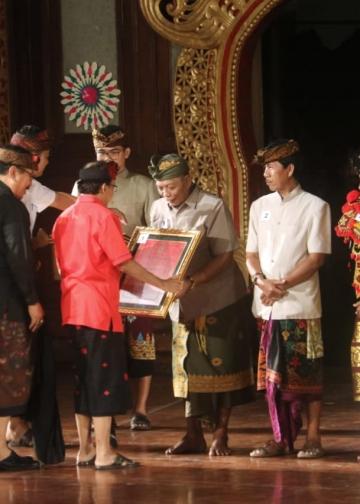Gubernur Bali Wayan Koster menyerahkan penghargaan kepada 11 seniman pengabdi senitahun 2019  di Taman Budaya Denpasar (Foto: Widnyana Sudibya)