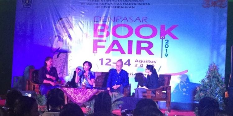 Made Adnyana Ole, Oka Rusmini dan Gde Aryantha Soethama dalam acara talkshow di Denpasar Book Fair 2019